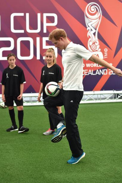 Lo invitaron a un partidito de soccer con varios chicos.
