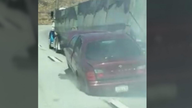 En video: El conductor de un camión arrastra un auto por más de 4 millas...