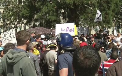 Grupos conservadores y pro Trump protestan por libertad de expresión en...
