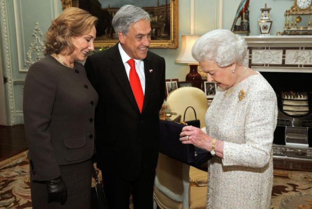 Después, se reunió con su Majestad la Reina Isabel II de Inglaterra, a q...