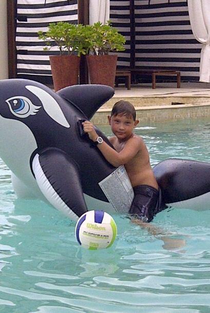 Gianluca aprovechó cada momento y se divirtió en la piscina.