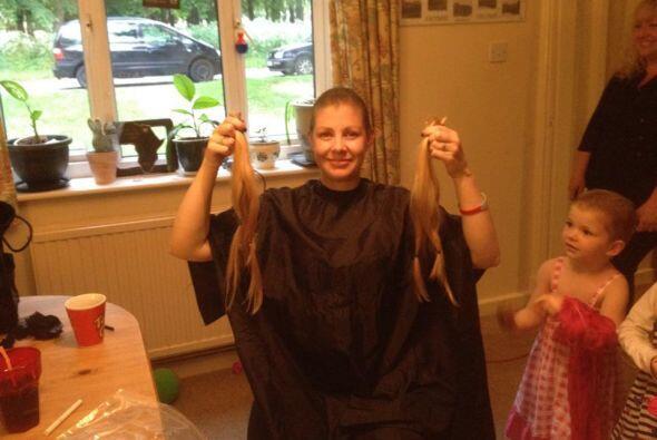 Su madre, Becky, no pudo resistirse a cortar su cabello también para hac...