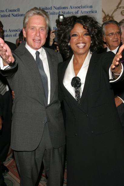 Junto a Michael Douglas en septiembre de 2004.  Mira aquí los videos más...
