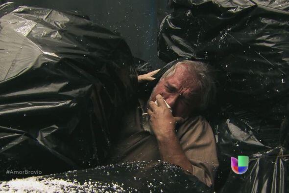 Leoncio lo ha conseguido, va en el camión de basura hacia el exterior. E...