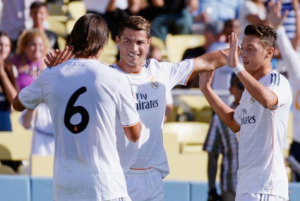 En el 31, el alemán Mesut Özil marcó el segundo a pase de Cristiano Rona...