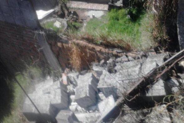 Una barda se cayó en la calle de San Berbabe en la colonia Magdal...