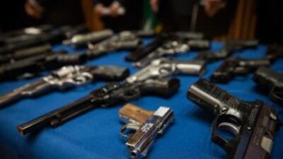 El Gobernador Brown firmó nuevas leyes de control de armamento en el est...