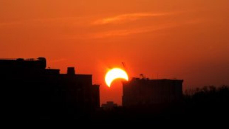 Este 2011 inicia con un eclipse solar parcial.