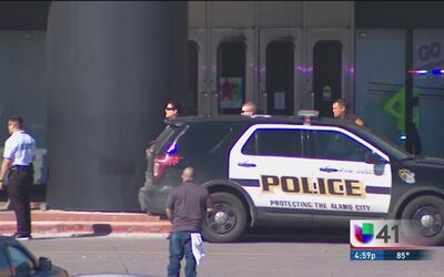 Autoridades reportan una balacera en el centro comercial Ingram Park