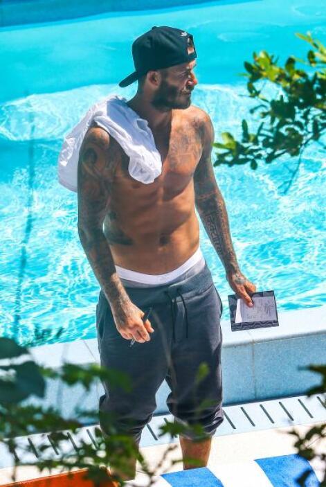 David Beckham siempre nos deja boquiabiertas con su cuerpazo, y el sol h...