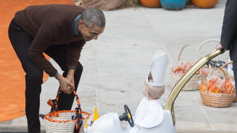 Obama sorprendido con el pequeño Papa.