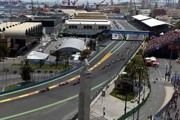 El Red Bull de Sebastian Vettel salió desde la 'pole position', seguido...