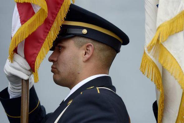 Un guardia de honor prepara su bandera para una ceremonia del Día...