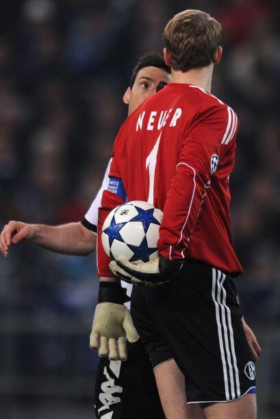 El arquero Neuer se encaró con los atacantes del Valencia, mostra...