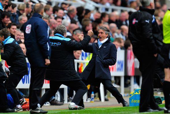 Toda la banca y cuerpo técnico, liderado por Mancini, saltaron de alegría.