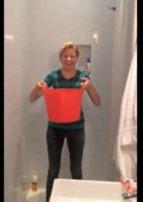 La actriz Elizabeth Banks, no escatimó y usó un enorme balde para bañars...