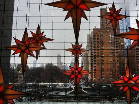 Adornos navideños cuelgan del Columbus Circle en la celebración de la te...