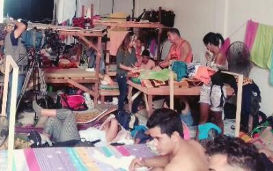 Más de 400 cubanos varados en Turbo viven hacinados en una bodega que un...