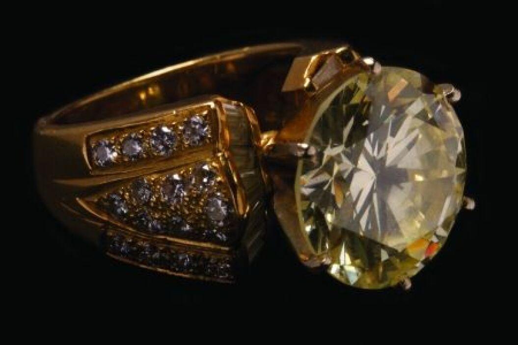 Entre los objetos más caros de la puja se cuenta un anillo que lleva inc...