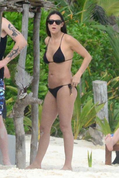 La guapa actriz presumió cuerpazo en un bikini negro. Mira aquí los vide...