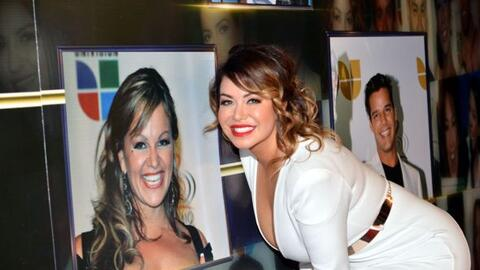 Chiquis Rivera, aquí frente a la imagen de su madre Jenni Rivera,...