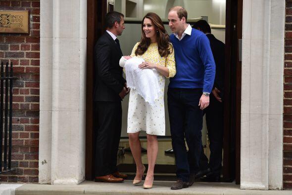 Los duques de Cambridge abandonaron el hospital junto a su hija.