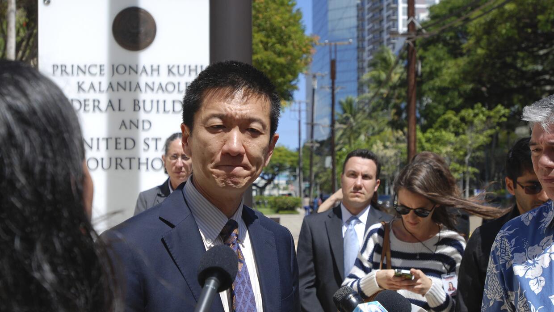 El fiscal general de Hawaii Douglas Chin ofreció una conferencia de pren...