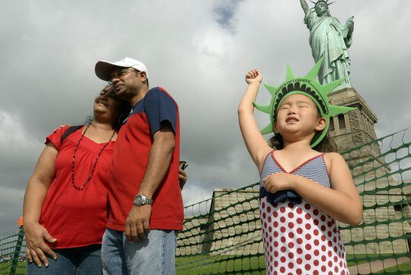 Ocho meses después del devastador pasaje del huracán Sandy, la Estatua d...