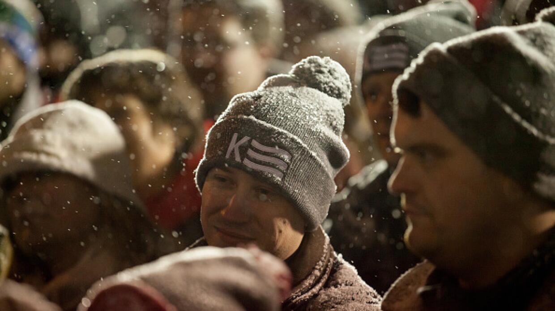 Seguidores de John Kasich oyen su mensaje bajo la nevada en N. Hampshire