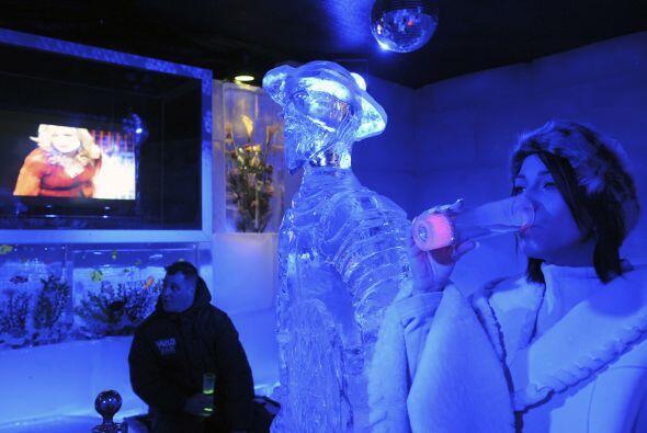 El lugar está construído con 180 bloques de hielo que albergan figuras g...