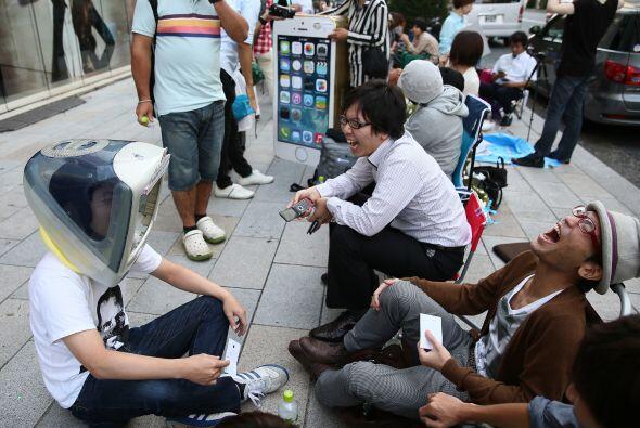 El distrito de Ginza en Tokio, Japón vivió las largas horas de espera pa...