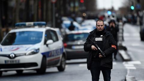 Policía francés en los alrededores de donde se produjo el ataque.