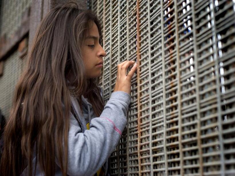 Realizan posada navideña a favor de la inmigración en el muro fronterizo...