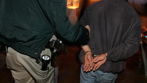 Autoridades detienen a un inmigrante para transferirlo con Inmigraci&oac...