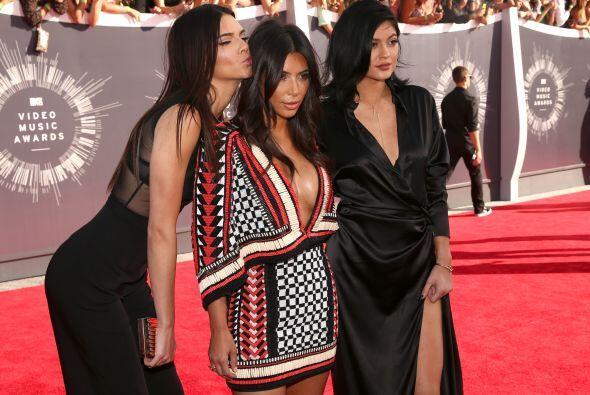 Sin duda el ser hermanas de la sensual Kim Kardashian les ha ayudado en...