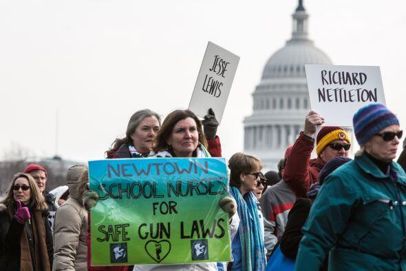 Miles de personas portaron carteles a favor de la prohibición de...
