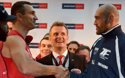 Wladimir Klitschko y Tyson Fury se saludan tras el pesaje.
