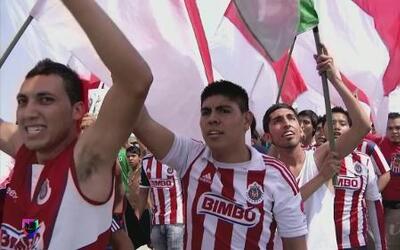 ¿Cómo viven los partidos las barras de las Chivas?