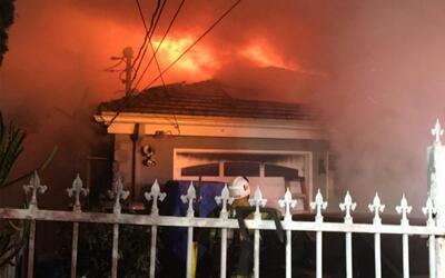 Incendio arrasa con una mansión en Mount Washington.