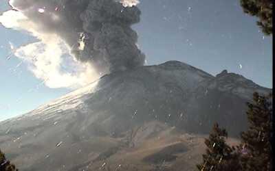 Imagen del volcán Popocatépetl lanzando una fumarola