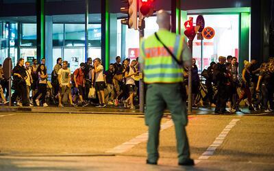 La policía evacua las adyacencias del centro comercial OEZ de la ciudad...