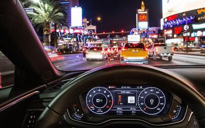 Los instrumentos de este Audi A4 le indican al conductor que aún...