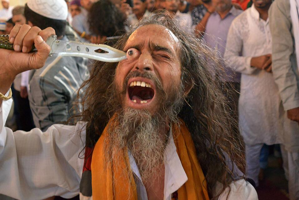 Un musulmán se pone un cuchillo en el ojo durante el Festival Urs festiv...