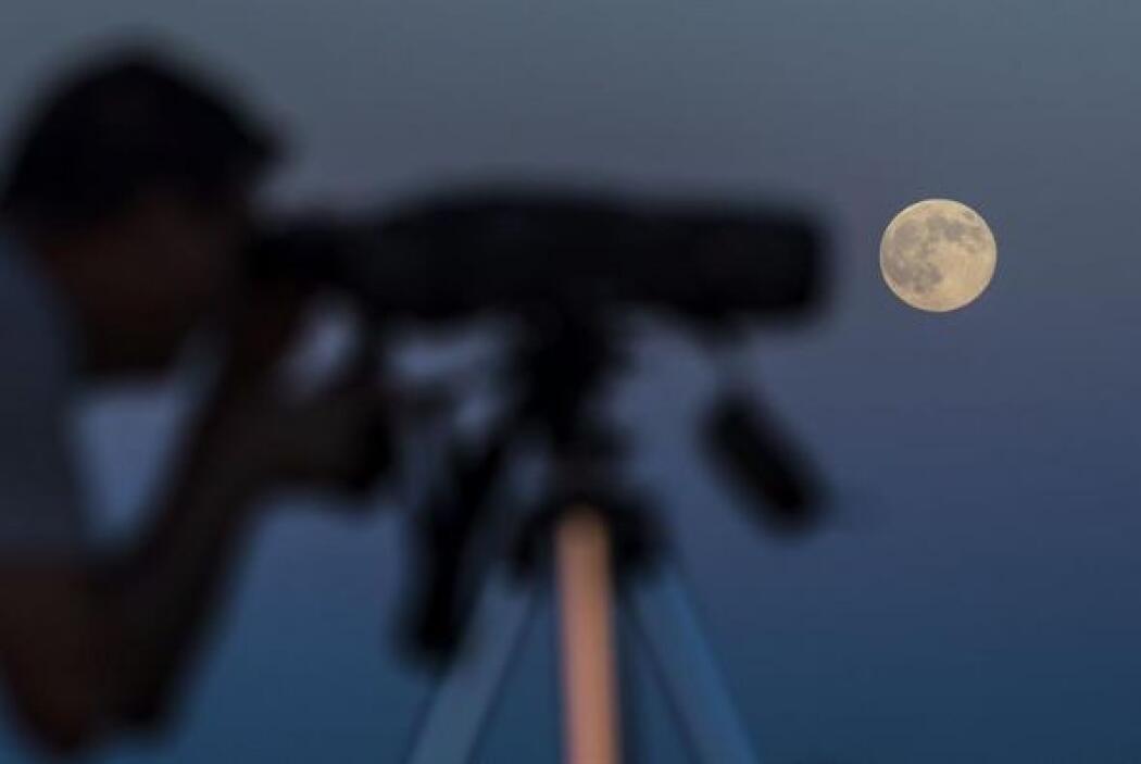 Un aficionado a la astronomía disfruta de la superluna en los Llanos de...