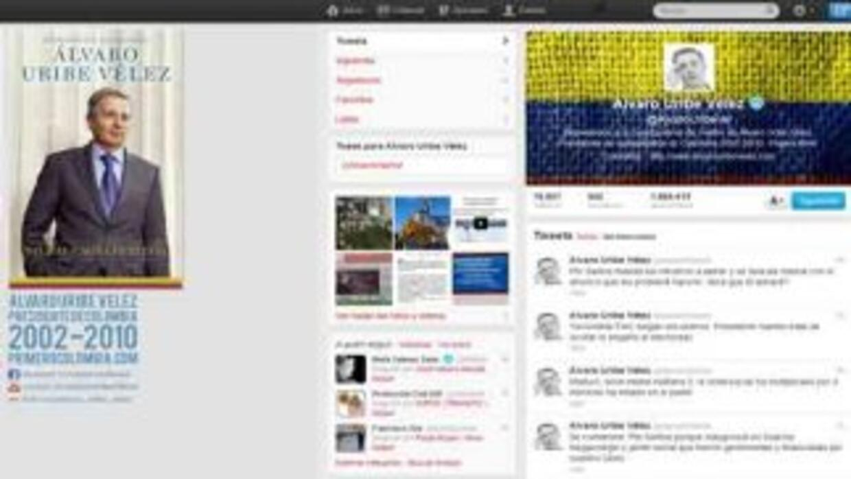 El twitter del expresidente de Colombia, Alvaro Uribe, con mensajes dire...