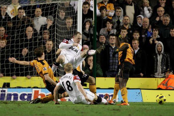Rooney pudo marcar el empate pero la defensa local le sacó la chance y l...