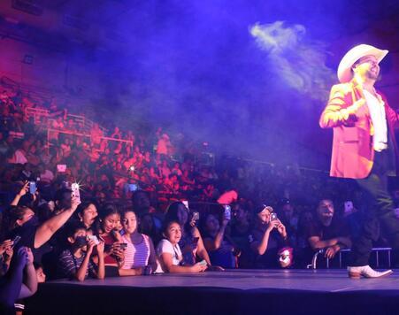 Decenas de asistentes disfrutaron del talento de artistas hispanos en el...