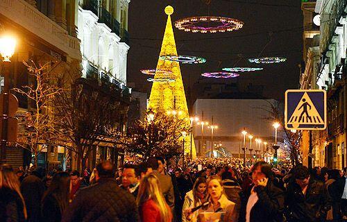 Aureolas de colores decoran una céntrica calle de Madrid, España, la noc...