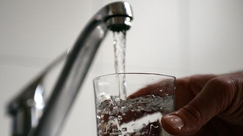 Reemplazar el jugo de fruta por agua mantendrá a su hijo saludable