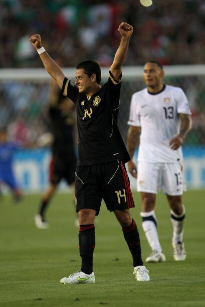 Al darse el silbatazo final los jugadores de la Selección Mexicana se de...